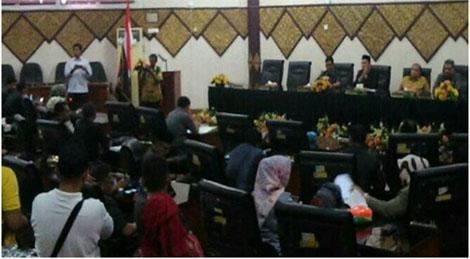 DPRD kota padang mengadakan rapat paripurna internal