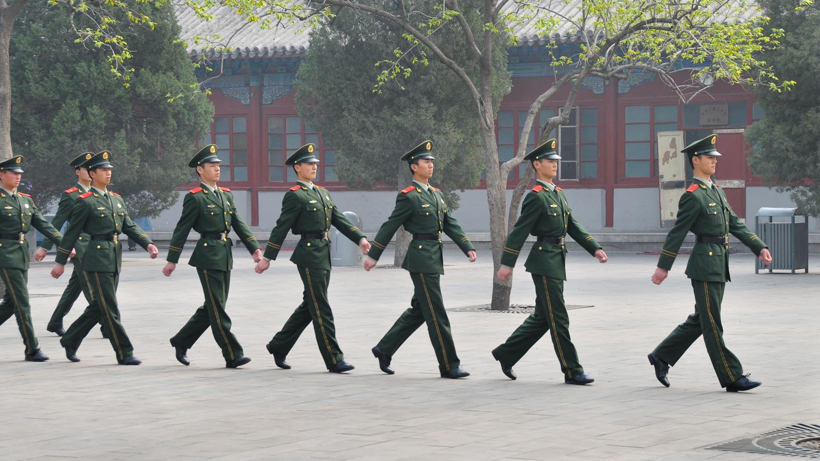 Soldados chineses marcham na Praça da Paz Celestial, em Pequim, China