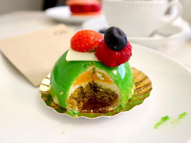 Pâtisserie aux fruits de la passion dans le salon de thé du Petit Poucet à Amiens.