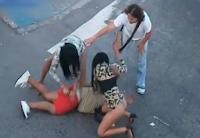 Due prostitute picchiano il cliente per strada