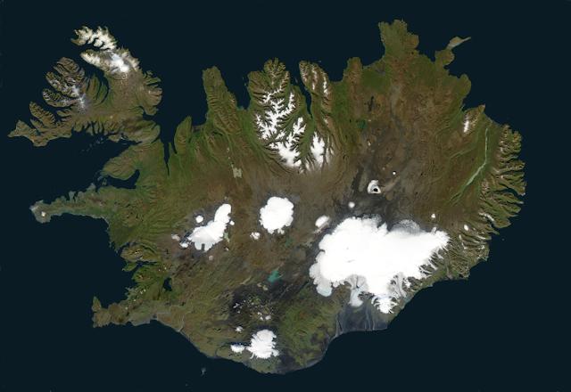 איסלנד בקיץ (יוני יולי). השלג הפשיר ורק קרחוני העד נותרו
