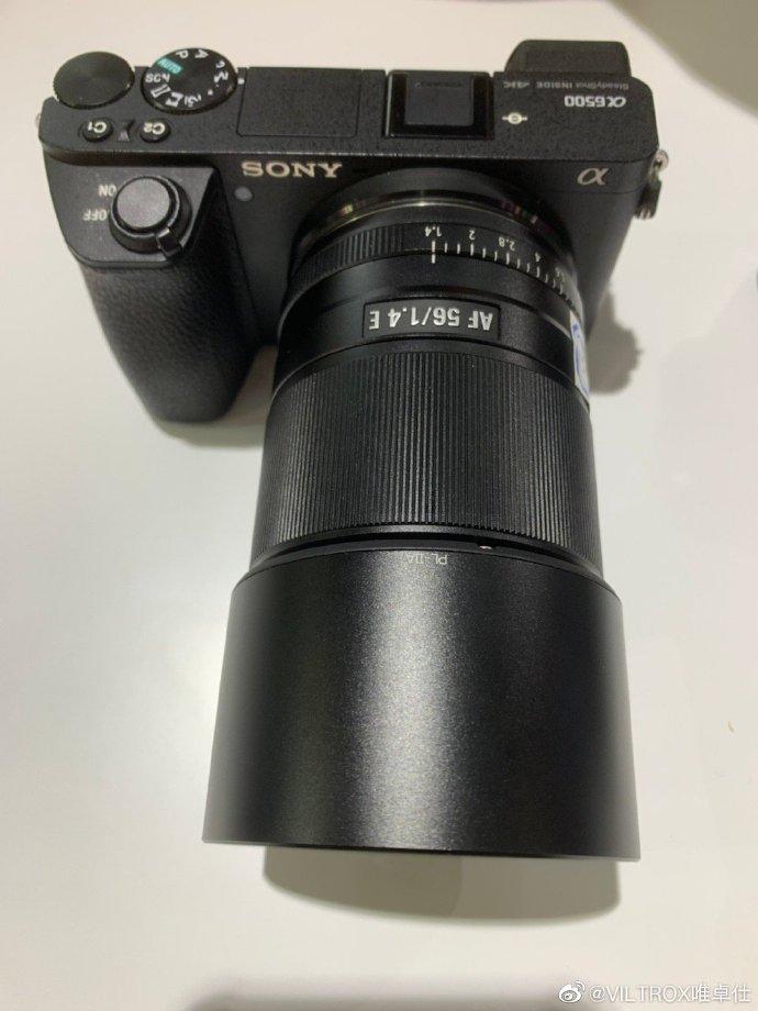 Объектив Viltrox AF 56mm f/1.4 E с камерой Sony A6500