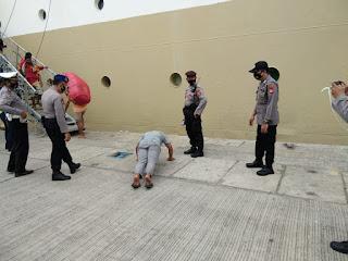Pelanggar Prokes di Pelabuhan Makassar Dihukum Push Up hingga Bersihkan Fasum