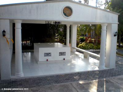 Batang Lakwatsero The Simple White Tombs In Manila