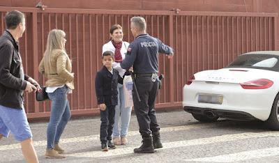 Dolores estaciona carro em zona proibida e cumprimenta efusivamente um agente de autoridade, que perdoa multa à mãe de Cristiano Ronaldo