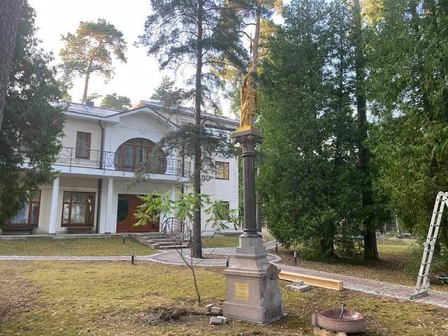 21 июля 2021 года. Юрмала. Скульптура Золотого рыцаря на територии дома Евгения Гомберга.