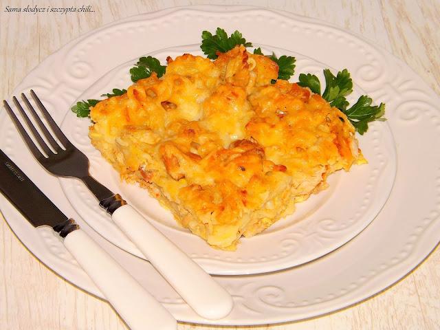 Zapiekanka makaronowa z kurczakiem i jajkami.