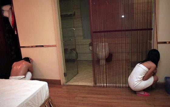 Video Suami Tangkap Basah Istri Bersama Pria Telanjang di Kamar Hotel