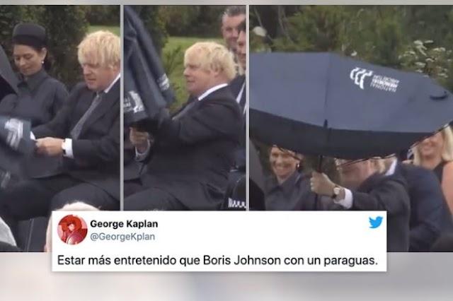 BORIS 'BEAN' JOHNSON PELEÁNDOSE CON SU PARAGUAS EN UNA CEREMONIA OFICIAL (VÍDEO)