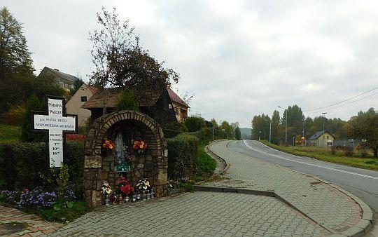 Kapliczka przy dojściu drogi kościelnej do drogi wojewódzkiej 956.