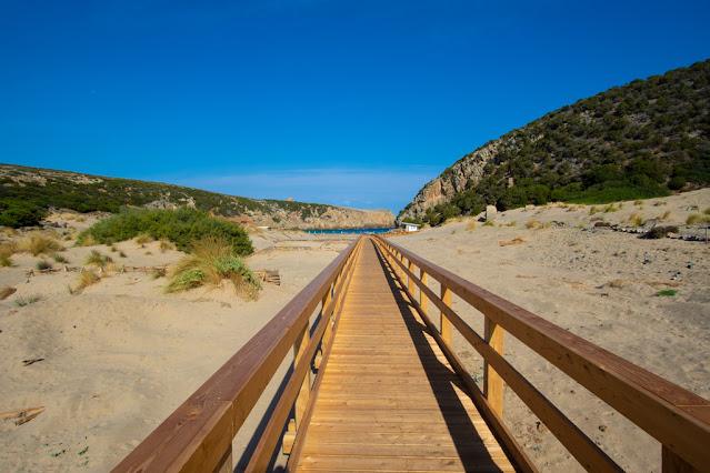 Spiaggia di Cala Domestica-Passerella di legno tra le dune