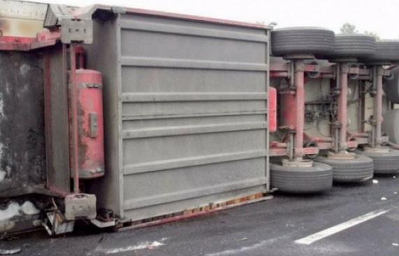 Φορτηγό στην Αργολίδα εξετράπη της πορείας του και κατέληξε σε χαντάκι