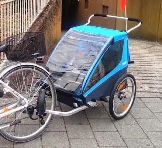 Thule Chariot Coaster (blau) vor der Abfahrt