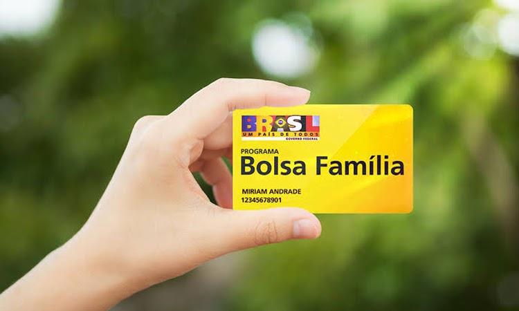 Bolsonaro anuncia aumento do Bolsa Família para R$ 300