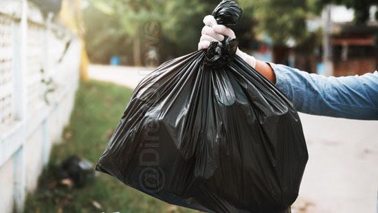 moradora sacola lixo casa vizinha direito
