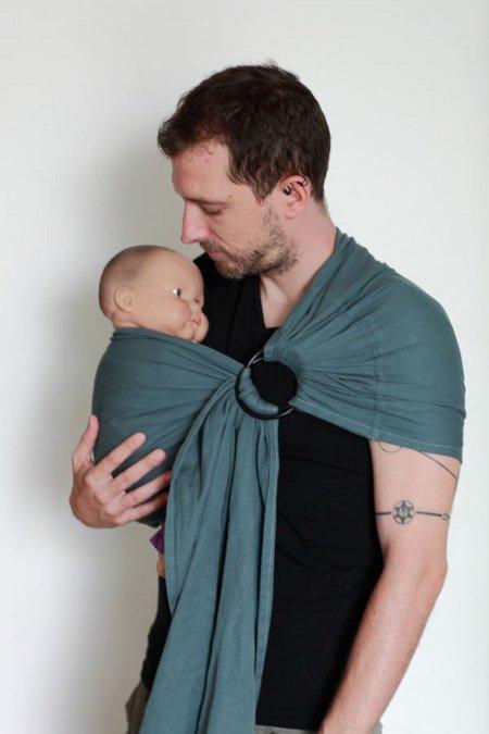 On bannit les porte bébé rigides, qui maintiennent l enfant par l entre  jambe et le force à maintenir son dos trop droit pour son âge. 776879e0e39
