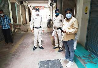 जिला प्रशासन ने धारा 144 और कोविड-19 महामारी के तहत नियमों के उल्लंघन पर दुकानें की सील