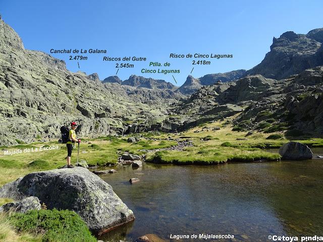 Pasando la Laguna Majalaescoba dirección a las Cinco Lagunas de la Sierra de Gredos.