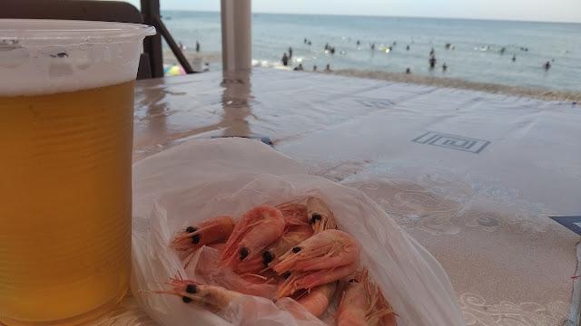 креветки и пиво на море