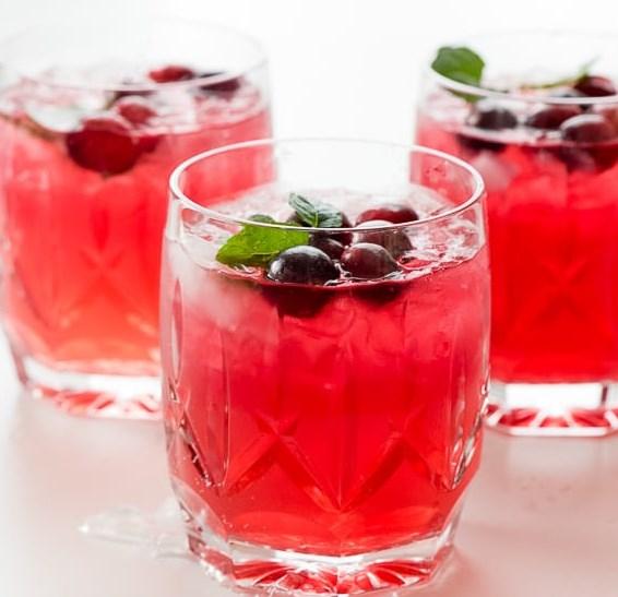 SPARKLING CRANBERRY VODKA PUNCH #drinks #cocktails