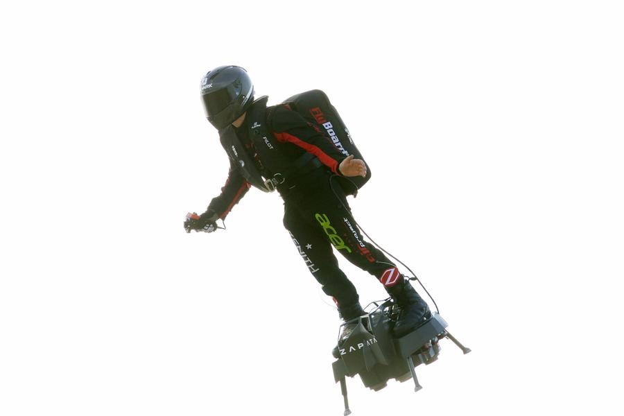 Uomo-volante-attraversa-manica
