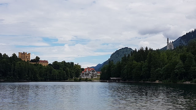 Blick auf das Schloss Hohenschwangau & Schloss Neuschwanstein während unserer Wanderung um den Alpsee bei Füssen