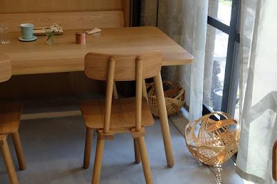 京都 Kaikado Cafe(カイカドウ カフェ)木のテーブルと椅子と荷物置きの籠