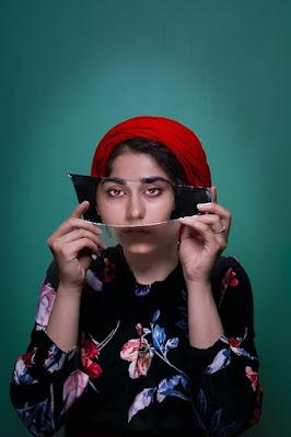 retrato creativo de joven con espejo