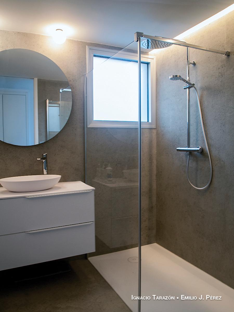 Baño con azulejos XL en gris
