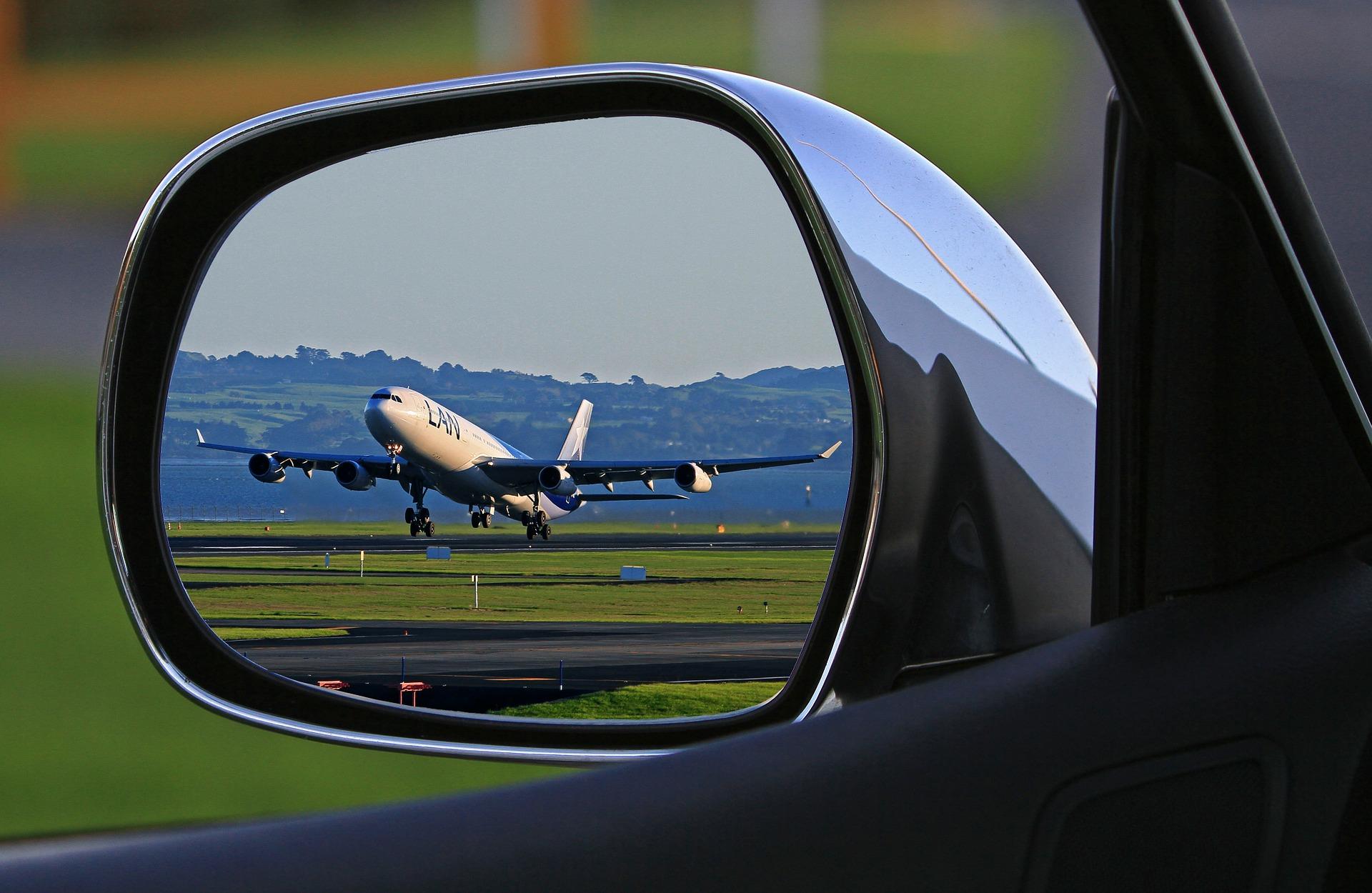طائرة ركاب تظهر في مرآة سيارة