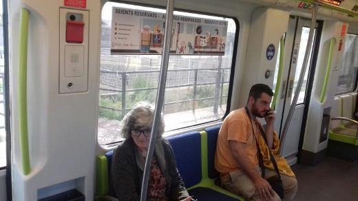 Metrovalencia diferencia los asientos de los trenes reservados para personas con movilidad reducida
