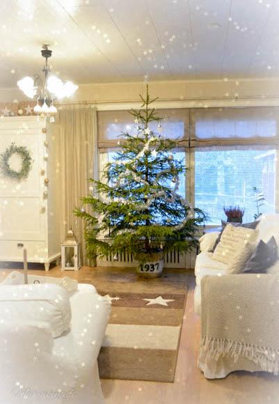 Joulukuusi vaaleassa kodissa.