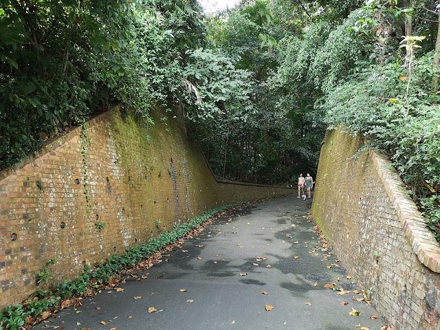 两边的古老砖墙是巴西班让炮台原本的结构