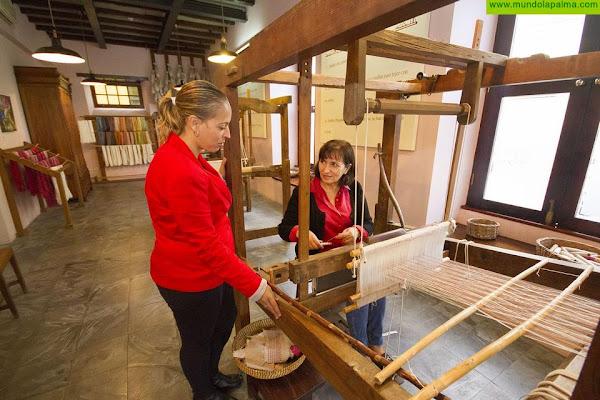 El Cabildo respalda al Museo de la Seda de El Paso y la labor que desarrollan Las Hilanderas