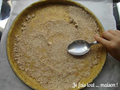 Pâte à tarte saupoudrée de poudre d'amandes