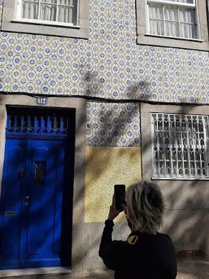 turista fotografando azulejos