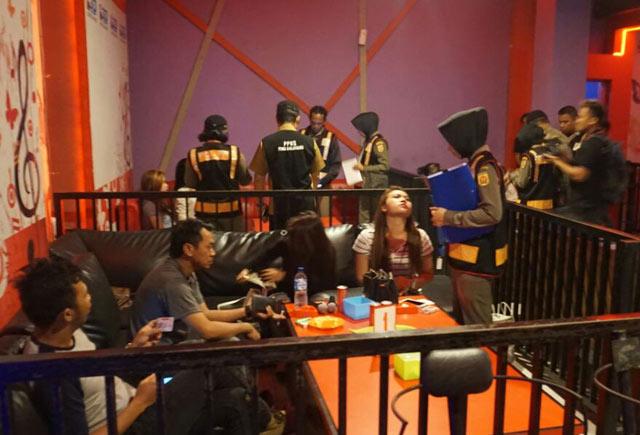 empat hiburan malam khususnya karaoke di Banjarbaru ini benar-benar jadi tempat aman peredaran Minuman Keras (Miras). Buktinya, dari hasil razia Satpol PP Kota Banjarbaru, Jumat 15 September 2017, salah seorang pengunjung tertangkap basah dalam keadaan mabuk berat di bawah pengaruh alkohol.