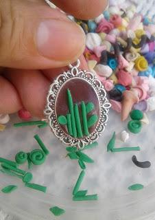 Medalla-de-metal-decorada-con-porcelana-fría