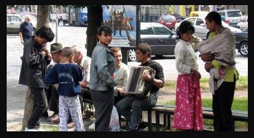 Ніхто не зупинив: у Дніпрі злодійки вихопили з рук дівчини гаманець і залили газовим балончиком (відео)