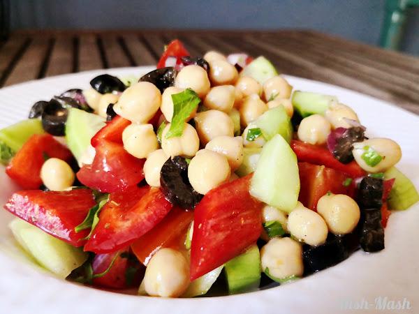 Салата с нахут, домати и маслини