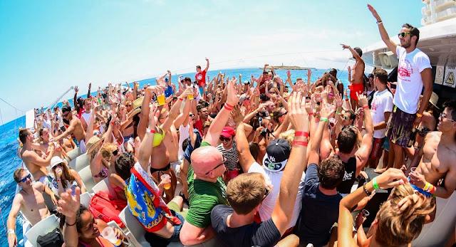 Festa no barco em Ibiza