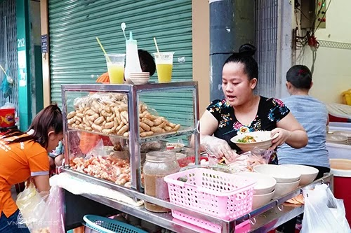Three crab cake soup shops are crowded in Saigon