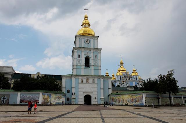 Вход в Михайловский монастырь