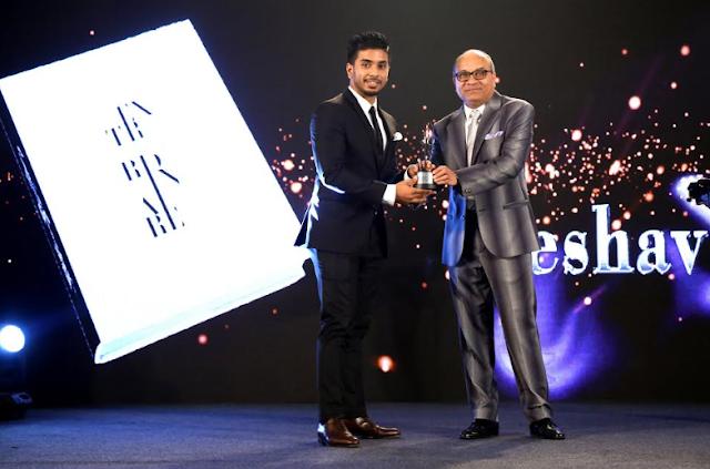 Keshav Bansal reciveing ExtraordianKeshav Bansal reciveing Extraordianaire award from Sharad Maheshwari, Chairman SM Groupaire award from Sharad Maheshwari, Chairman SM Group
