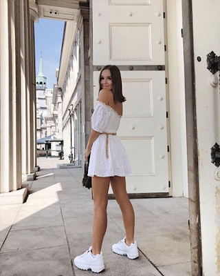 Outfit con vestido corto y tenis fila