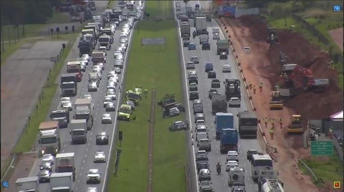 Acidentes deixam trânsito lento nos dois sentidos da Rodovia Dom Pedro I em Campinas