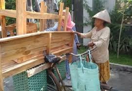 Viral Nenek Penjual Meja dan Kursi Kayu Naik Sepeda Onthel