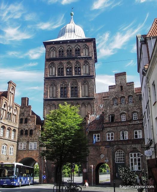 """A Burgtor (""""porta do burgo""""),   um dos acessos à cidade medieval de Lübeck"""