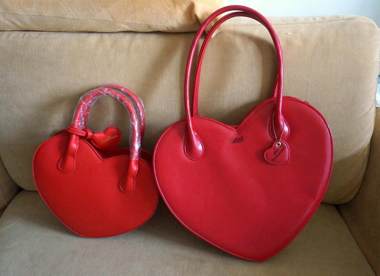 7b3a27c0dec74 Ciastkowa torebka z pomponikami pochodzi ze sklepu To Alice  https   shop64664734.world.taobao.com  . Jest to sklep który sprzedaje  kawaii rzeczy wykonane wg ...