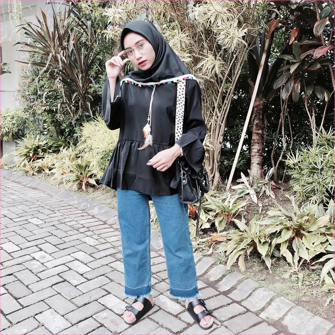 Outfit Kerudung Segiempat Ala Selebgram 2018 kerudung segiempat hijab square tassel baju top blouse loafer and slip ons slingbags stripe macan kalung bulu celana jeans denim sobek kacamata putih jam tangan ootd hijabers'